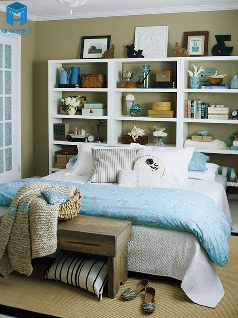 Tủ sách kết hợp kệ trang trí ngay tại đầu giường phòng khách