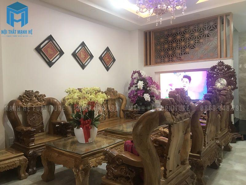 Phòng khách với bộ bàn ghế gỗ tự nhiên sang trọng