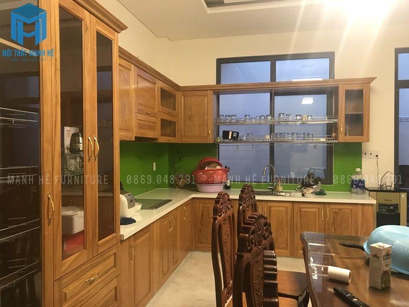 Những đồ nội thất nhà bếp đều được làm từ gỗ tự nhiên