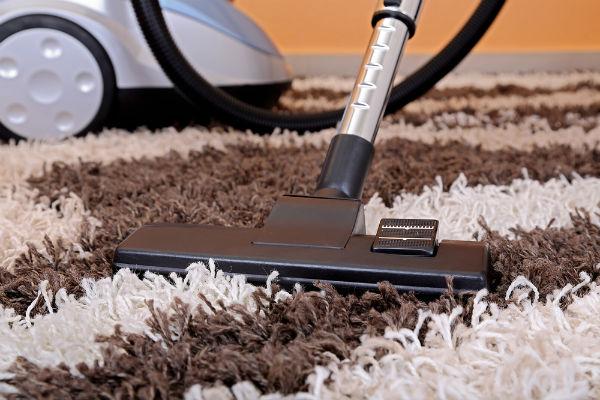 Sử dụng máy hút bụi vệ sinh cho thảm trải sàn