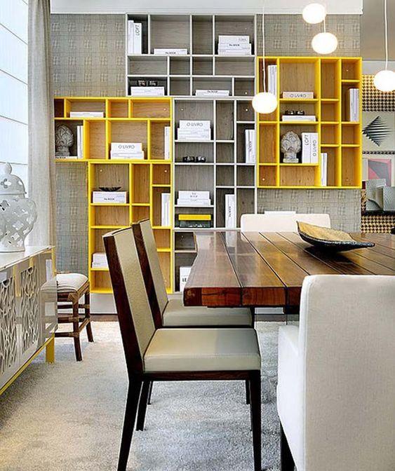 Kệ trưng bày sử dụng hai màu vàng, xám phối làm gam màu chủ đạo tạo sự tươi trẻ, năng động cho phòng khách