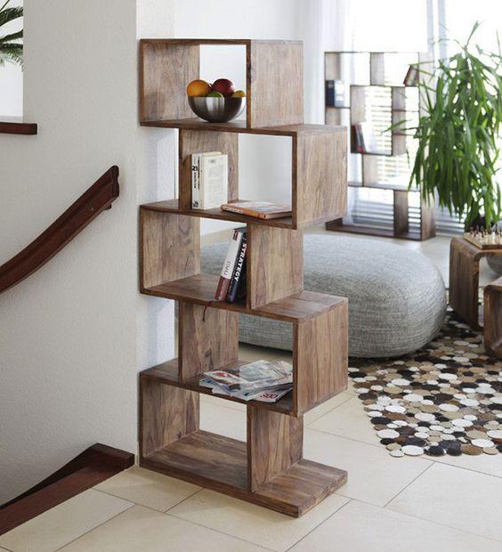 Kệ gỗ trang trí phòng khách này được tạo nên từ các khung hình chữ nhật xếp chồng lên nhau theo cấu trúc zic zắc tuy đơn giản mà đẹp