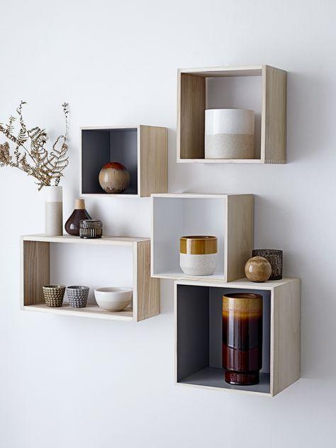 Các ô trang trí phòng khách đơn giản, sắp xếp theo bố cục hợp lý là đã làm gia tăng thẩm mỹ cho căn phòng.