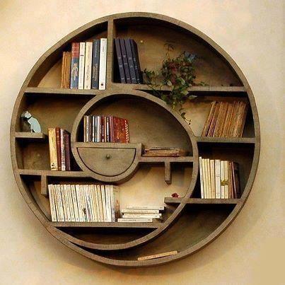 Mẫu kệ trang trí phòng khách hình xoắn ốc sẽ khá phù hợp với những căn phòng có thiết kế theo phong cách vintage