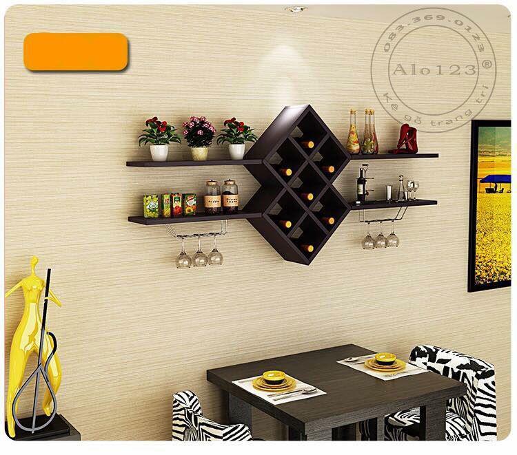 Kệ trang trí phòng khách sử dụng 4 thanh ngang làm kệ đựng đồ, các ngăn giữa là những hình thoi lồng ghép vào nhau rất thẩm mỹ