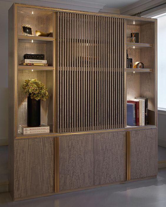 Kệ trang trí kết hợp lam trang trí tôn lên vẻ đẹp sang trọng cho phòng khách