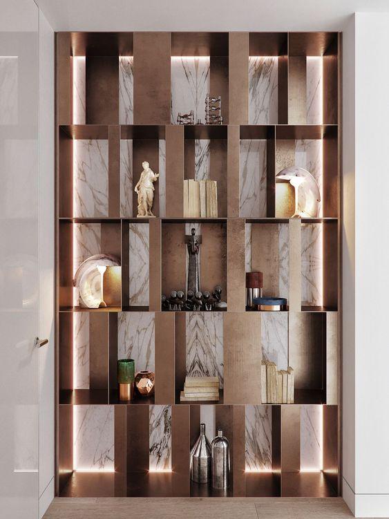 Kệ trang trí phòng khách sử dụng các thanh gỗ đan xen nhau tạo thành hình tượng đẹp mắt