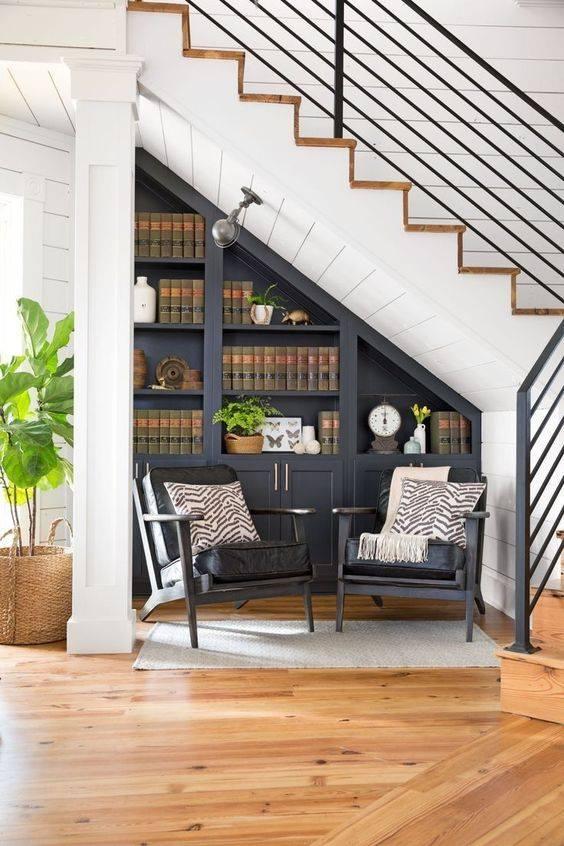 Mẫu kệ trang trí phòng khách tận dụng gầm câu thang thiết kế các ngăn đựng sản phẩm làm đẹp cho phòng khách