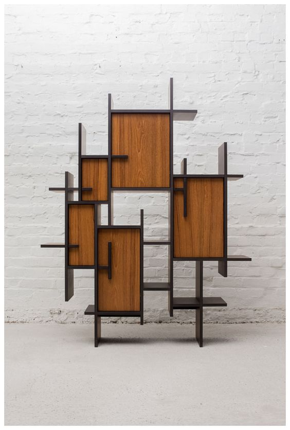 Kệ trang trí sử dụng hai chất liệu gỗ đan xen vào nhau tạo điểm nhấn khác biệt. Phong cách thiết kế mang đậm hơi hướng cổ trang