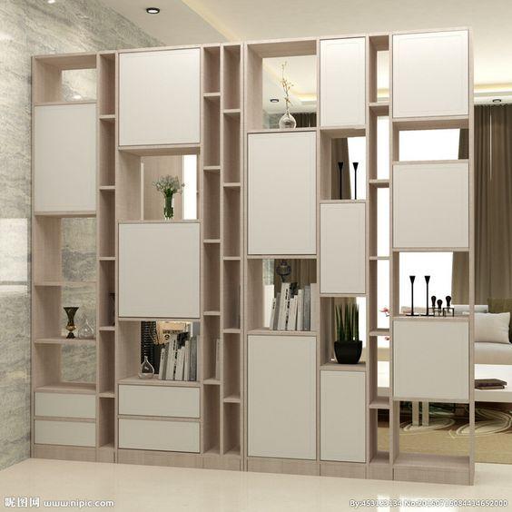 Kệ trang trí phòng khách kết hợp tủ đựng đồ được thiết kế cách điệu, không gò bó, mang lại không gian thaori mái, nhẹ nhàng cho phòng khách