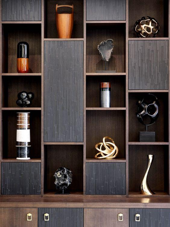 Kệ gỗ thiết kế độc đáo, màu nâu đen mang lại vẻ đẹp sang trọng, quyền lực cho phòng khách