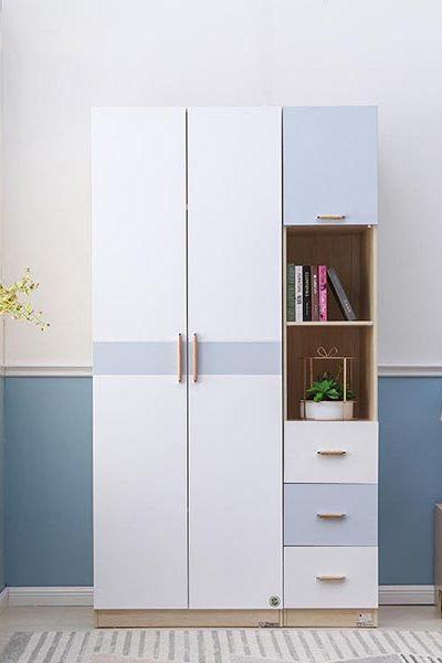 Tủ quần áo gỗ công nghiệp nhỏ gọn kết hợp kệ trưng bày và hộc kéo tiện lợi. Tuy nhỏ mà có võ. Chiếc tủ khoác lên mình chiếc áo màu trắng và xanh tím xen kẽ hòa quyện cùng với bức tường một cách tinh tế