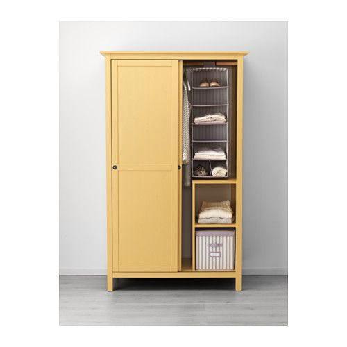 Tủ gỗ tự nhiên nhỏ gọn được sơn vàng nổi bật, cánh cửa lùa giúp bạn dễ dàng mở tủ, tiết kiệm không gian phòng ngủ