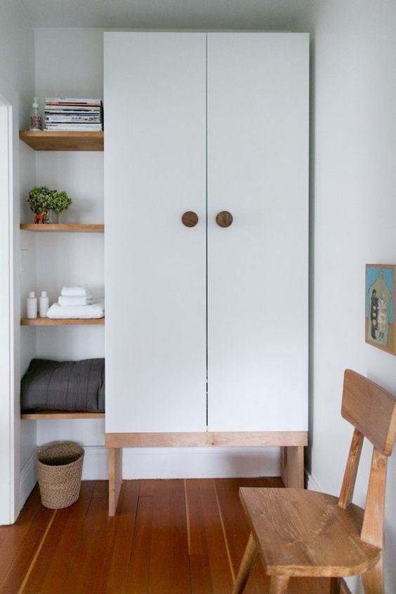 Tủ quần áo nhỏ gọn gỗ công nghiệp, khung chân gỗ sồi vững chãi. Tủ được thiết kế cao đụng trần, cánh tủ có tay cầm dễ thương.