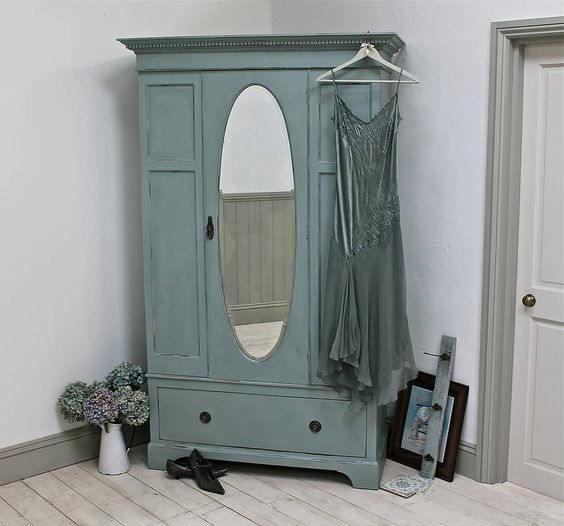 Tủ quần áo gỗ tự nhiên nhỏ nhắn, được sơn màu xanh Pastle, chiếc gương hình oval ở giữa độc đáo, tạo nên nét cổ điển cho căn phòng