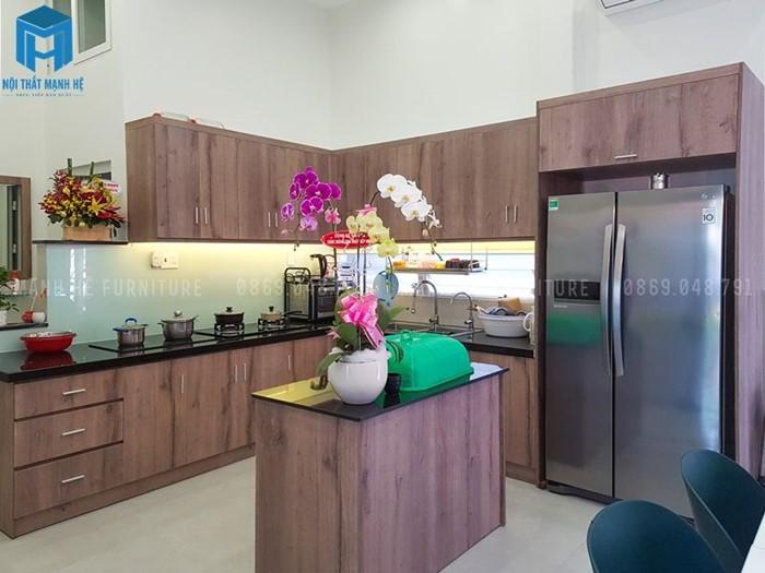 Tủ bếp được làm từ gỗ tự nhiên