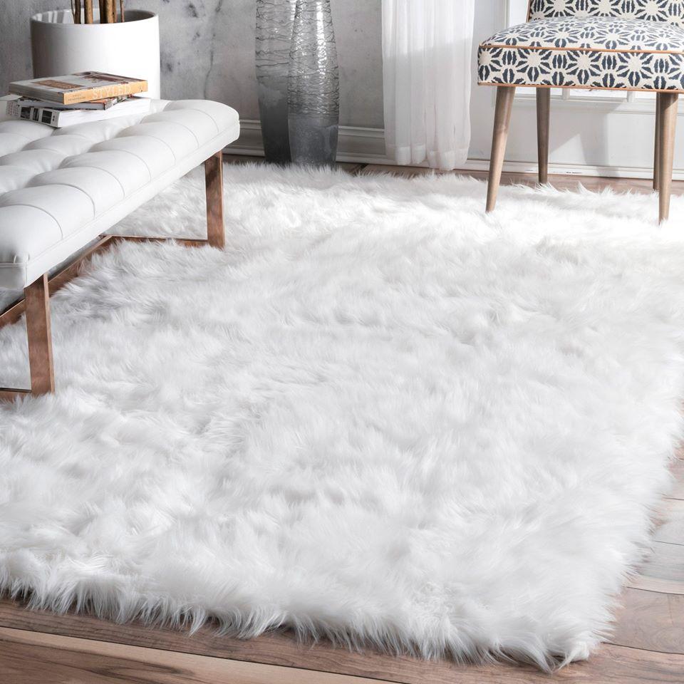 Thảm lông trắng trải sàn phòng khách sang trọng