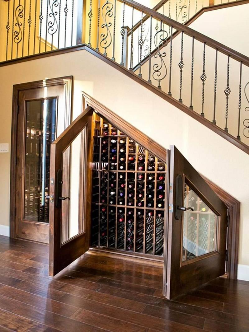 Tủ rượu âm dưới cầu thang