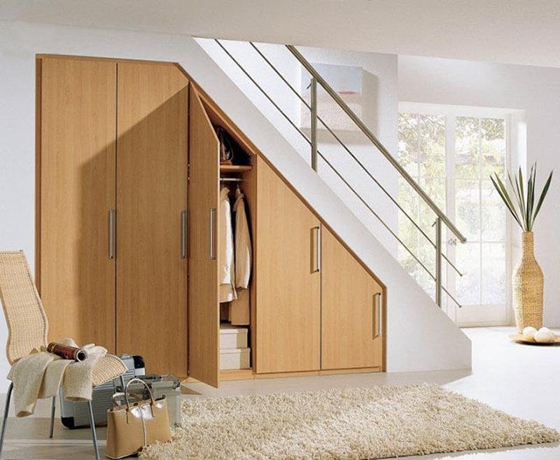 Tủ quần áo đứng âm tường dưới cầu thang đẹp
