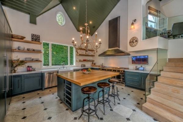 nhà bếp rộng và có nhiều vật dụng hiện đại