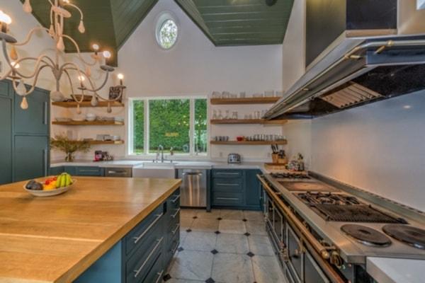 gian bếp rộng rãi và tiện nghi với các vật dụng hiện đại