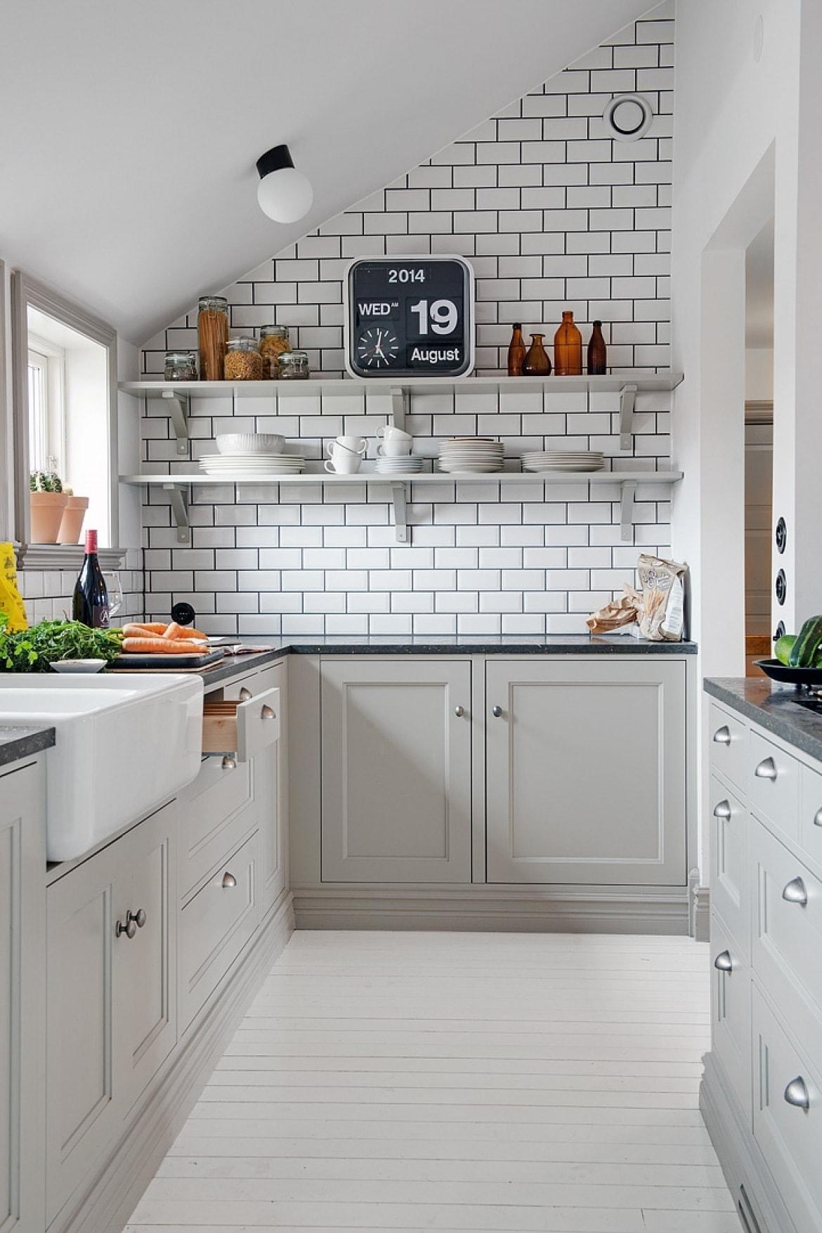 phòng bếp nhỏ gọn được sơn màu trắng