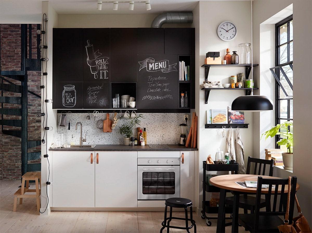 nhà bếp nhỏ xinh với tủ bếp màu đen