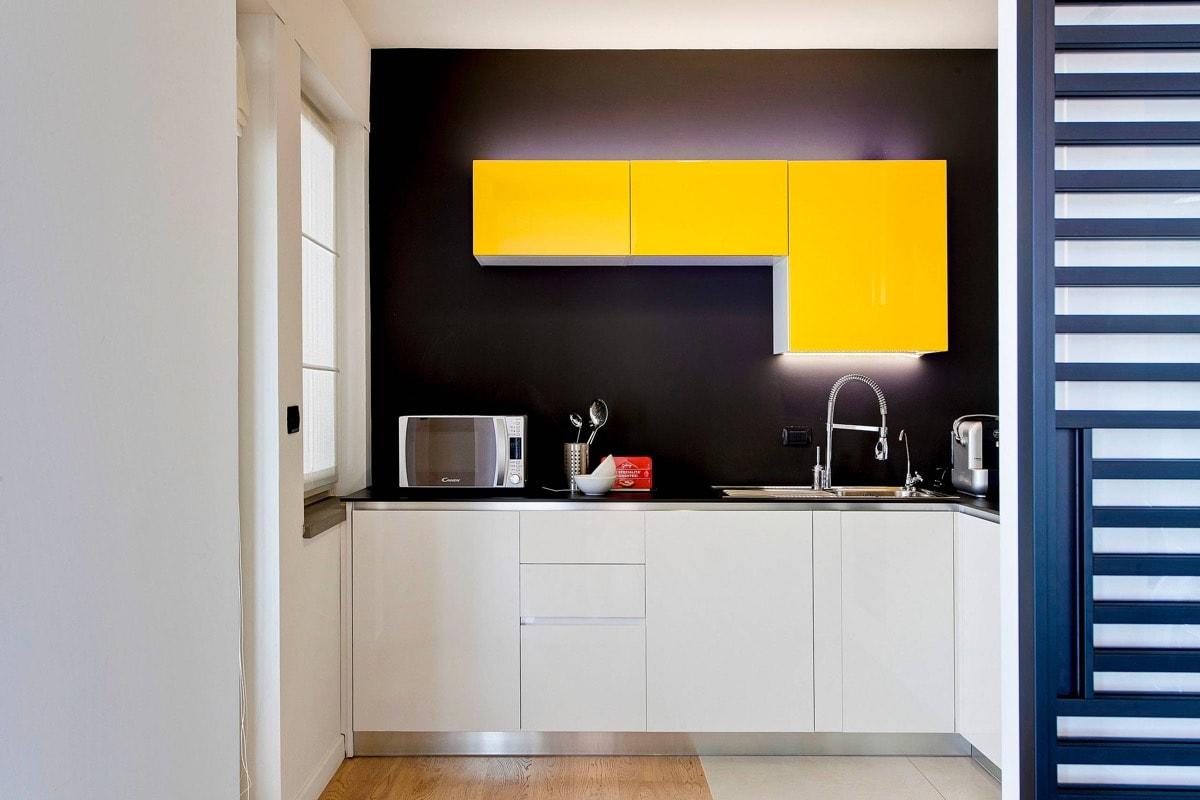 màu vàng nổi bật trên nền đen khi thiết kế nội thất phòng bếp nhỏ